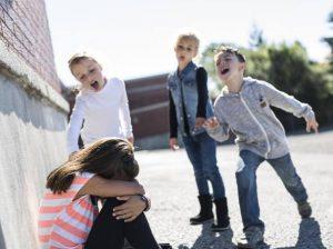 Cómo controlar niños violentos